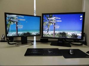 computer met 2 schermen